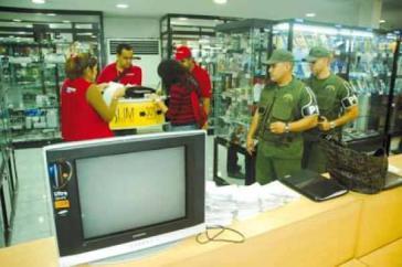 Militärpolizei und Indepabis-Mitarbeiter bei der Inspektion im einem Laden der Nasri-Kette für Elektrohaushaltsgeräte