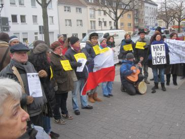 Demonstranten vor dem Haus von Hartmut Hopp in Krefeld