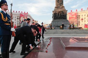 Nicolás Maduro am Minsker Ehrenmal für die im Zweiten Weltkrieg gefallenen Sowjetsoldaten