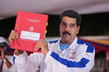 """Präsident Maduro nach der Übergabe des """"Ley Habilitante"""" durch das Parlament"""