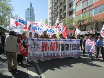 """Demonstranten fordern die Abschaffung des privaten Rentensystems: """"Nein zum AFP"""""""