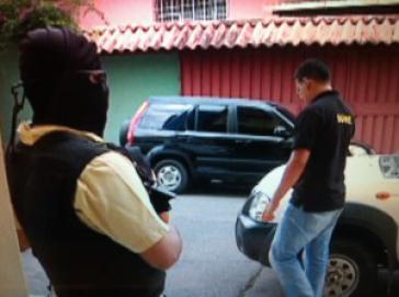 Maskierter Polizist bei einer Razzia gegen internationale Wahlbeobachter in Honduras