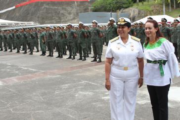 Venezuelas Verteidigungsministerin Carmen Meléndez (links) ist mit ihrer ecuadorianischen Amtskollegin María Fernanda Espinoza Garcés