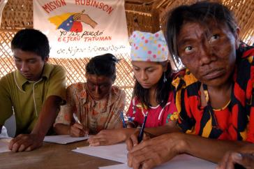 Wayuu-Indigene in Venezuela nehmen an der Misión Robinson teil