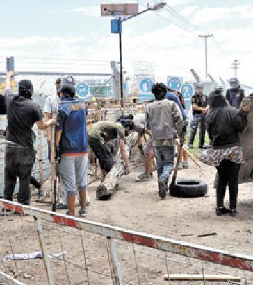 Die Angreifer zerstörten das Camp undentwendeten die Mobiltelefone der Aktivisten