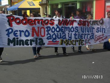 """Transparent bei der Demonstration am Donnerstag: """"Wir können ohne Gold leben - aber nicht ohne Wasser und Land"""""""