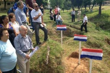 Angehörige gedenken der Opfer der Diktatur auf dem Gelände der Geheimpolizei,wo die Überreste von 13 Menschen gefunden wurden. Ihre Identität ist bis heute nicht geklärt