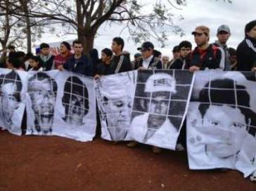 Angehörige der ermordeten Kleinbauern am Jahrestag des Massakers
