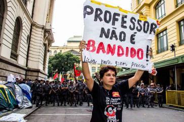 Protesierende Lehrerin in Rio de Janeiro