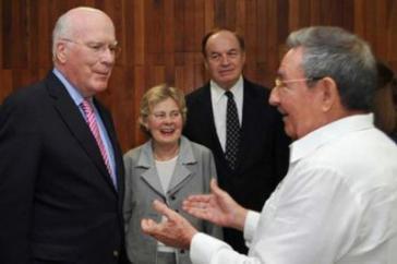 Raúl Castro mit Senator Leahy und weiteren Mitgliedern der US-Delegation am Dienstag in Havanna