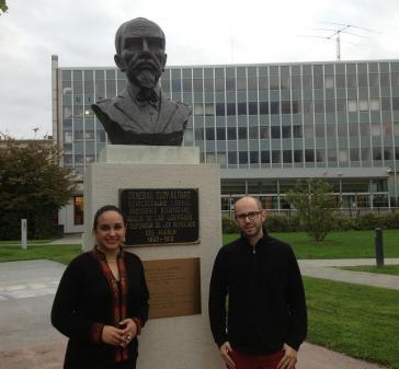 Ecuadors Parlamentspräsidentin Gabriela Rivadeneira mit amerika21.de-Autor Philipp Zimmermann vor einer Statue des ecuadorianischen Nationalhelden Eloy Alfaro in Genf