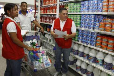 Preiskontrollen in einem Supermarkt durch die Nationale Aufsichtsbehörde für Kosten und Preise, Sundecop