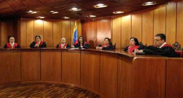 Richter des Obersten Gerichtshofes bei der Verkündigung des Urteils