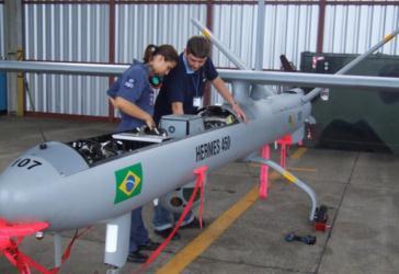 Techniker warten eine Hermes 450-Drohne der brasilianischen Streitkräfte