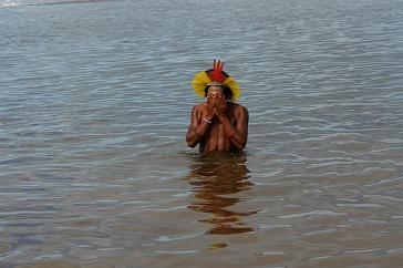 Kayapó-Indigener im Fluss Xingu