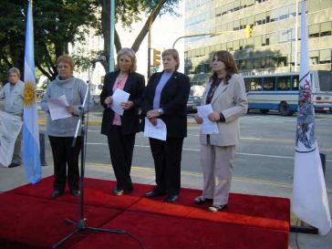 Witwen mutmaßlicher Opfern von Mercedes bei Gedenkfeier für die Verschwundenen vor der Firmenzentrale von DaimlerChrysler