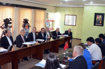 Präsident Evo Morales (rechts) und der argentinische Entwicklungsminister Julio de Vido (2. v. links) bei Gesprächen zur Unterzeichnung des Abkommens in Santa Cruz