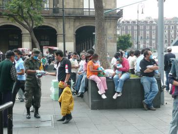 Soldat verteilt Mundschutzmasken in Mexiko-Stadt