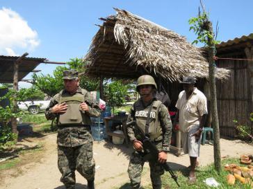 Das Militär besetzt Ende September 2014 die Garífuna-Gemeinde Barra Vieja in Honduras