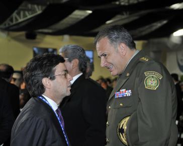 Der Ex-Direktor der kolumbianischen Polizei General Óscar Naranjo (re) bei einem OAS-Treffen im Jahr 2011. Links der Präsident der Interamerikanischen Entwicklungsbank, Luis Alberto Moreno