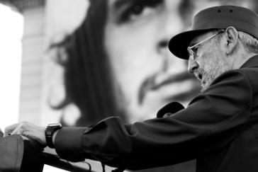 Fidel Castro vor dem Portrait Ernesto Che Guevaras