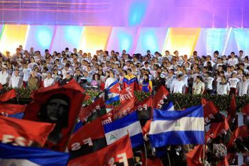 Podium auf der Plaza de la Fe, in der Mitte Präsident Ortega, rechts neben ihm Nicolás Maduro