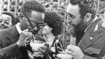 Angolas Präsident (1975-1979) Agostino Neto und Kubas Revolutionsführer Fidel Castro