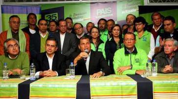 Pressekonferenz von Alianza País nach den Wahlen. Links neben Präsident Correa der Ex-Bürgermeister von Quito, Augusto Barrera