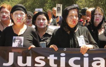 Angehörige von Verschwundenen fordern Gerechtigkeit am Eingangstor der Colonia Dignidad