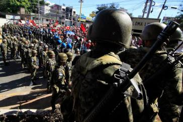 Militär und Polizeieinheiten versperren Demonstranten den Weg zum Stadion