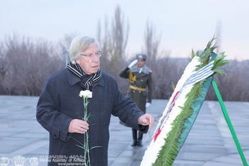 Uruguays Außenminister Astori am Genozid-Mahnmal für die ermordeten Armenier in Eriwan