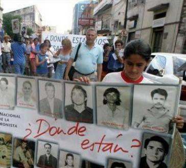 """Demonstranten in Asunción verlangen Aufklärung über das Schicksal ihrer unter der Diktatur """"verschwundenen"""" Angehörigen"""