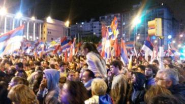 Die feiernden Frenteamplistas vor dem Rathaus von Montevideo