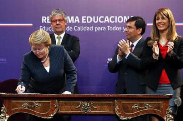 Die chilenische Präsidentin Michelle Bachelet bei der Unterzeichnung des Gesetzentwurfs