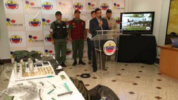 Innenminister Rodríguez Torres stellt beschlagnahmte Waffen und Explosivstoffe v
