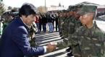 Evo Morales im Gespräch mit bolivianischen Soldaten