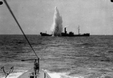 Das deutsche U 35 versenkt das britische Frachtschiff Maplewood mit einem Torpedo