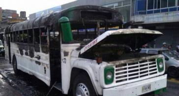 Ein ausgebrannter Bus in San Cristóbal im Bundesstaat Táchira