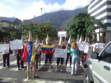 """Einige Oppositionelle in Caracas probieren einen neuen """"Look"""" aus, der stark an den rassistischen Ku-Klux-Klan (KKK) erinnert"""