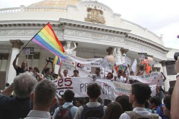 Aktivistinnen und Aktivisten vor der Nationalversammlung in Caracas