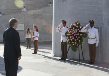 Der armenische Außenministers Edward Nalbandian am Ehrenmal von José Martí in Havanna