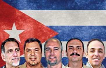 Mitglieder der Cuban Five vor der kubanischen Fahne