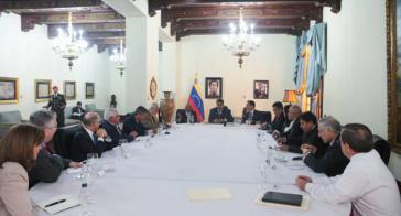 Vertreter von Regierung und Opposition bei einem Gesprächstreffen