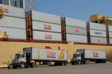 Dole-Container und LKW's im Hafen von San Diego, Kalifornien