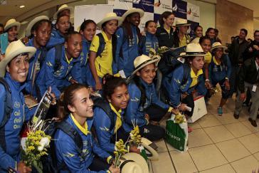 """""""La Tri femenina"""" bei ihrer Ankunft in Quito"""