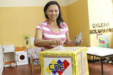 Eine Aktivistin der PSUV gibt ihre Stimme ab