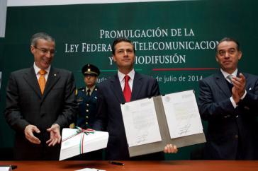 Präsident Enrique Peña Nieto mit seinem Gesetz am 14. Juli im Kongress