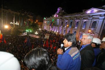 Zehntausende feierten den Wahlsieg von Morales und der MAS auf dem Plaza de Armas in La Paz