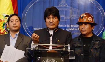 Präsident Evo Morales mit Wirtschaftsminister Luis Acre (links) und GewerkschaftsführerJuan Carlos Trujillo von der COB