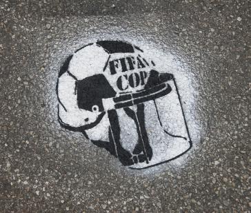 FIFA- und polizeikritisches Graffito in Brasilien